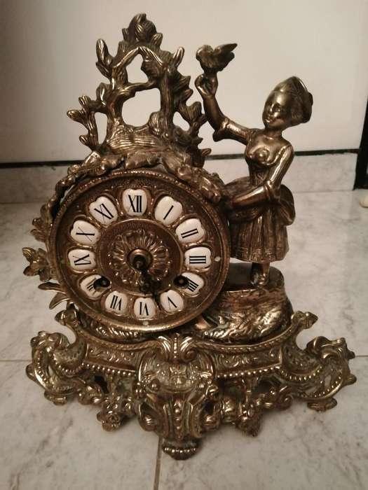 Hermoso Reloj Tallado en Cobre de Cuerda