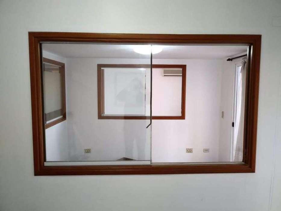 Ventana de madera con vidrio corredizo