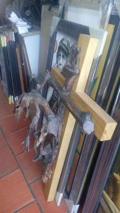 Crucifijo en Madera Disecada