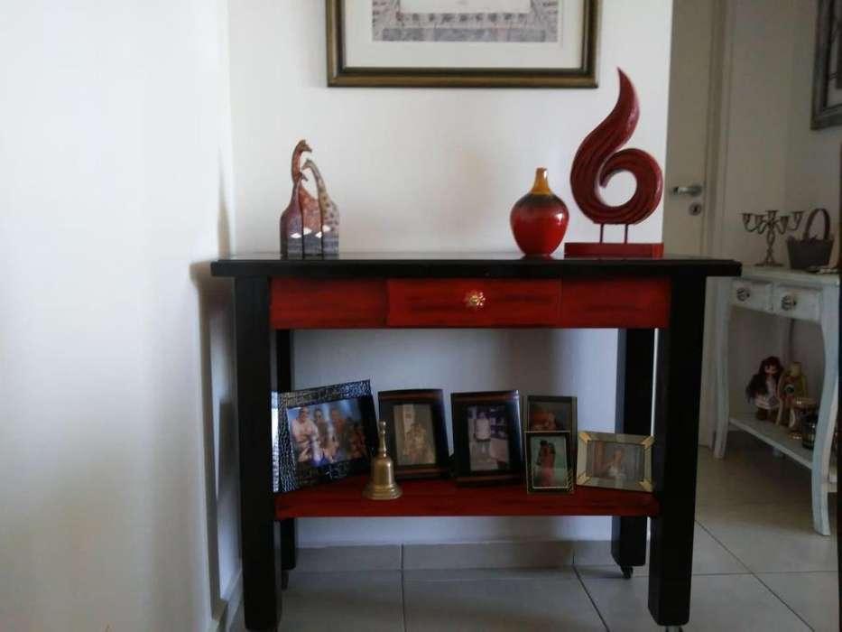 Hermosa mesa de apoyo / recepción con cajón y rueditas