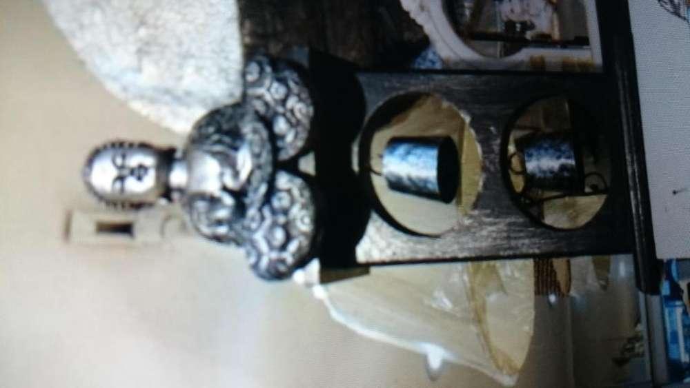 budas meditando en base de madera con campanas