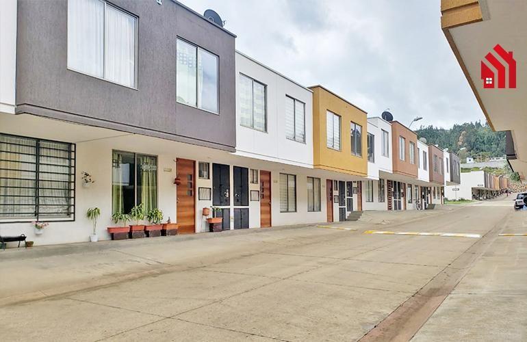 """P1213  En Cuenca casa en venta dentro de urbanización  Sector Patamarca"""" 66.900"""