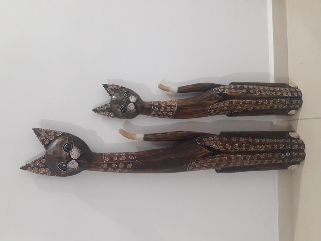 Duo de gatos en madera tallada