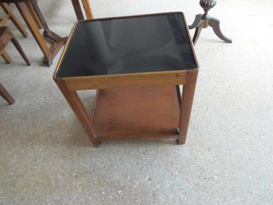 Mesa ratona de madera En el tope vidrio negro.Muy buen estado