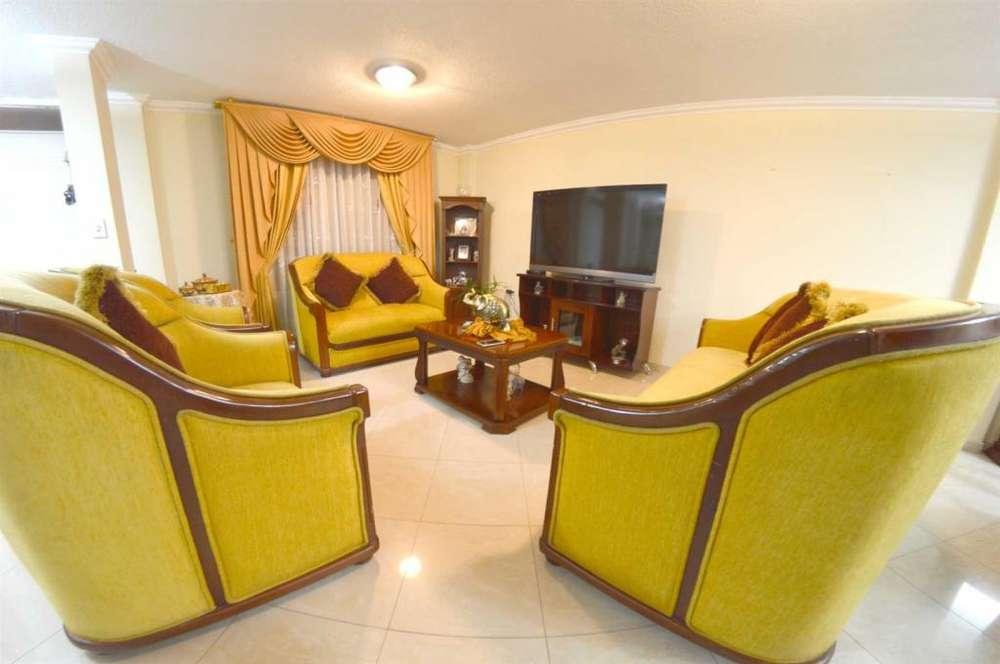 Casa de 150 m2 en Conjunto Cerrado El Conde al norte de Riobamba con 2 garajes