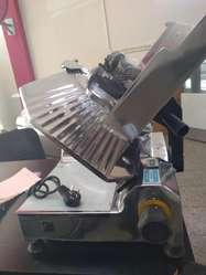Cortadora de fiambre cuchilla 330 mm marca PLATINA NUEVA con garantia un año.RECIBIMOS SU USADA