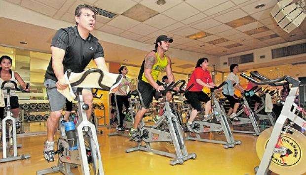 entrenador personal, instructor de pesas