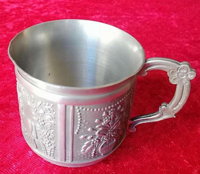 Antigua taza de estaño con relieve