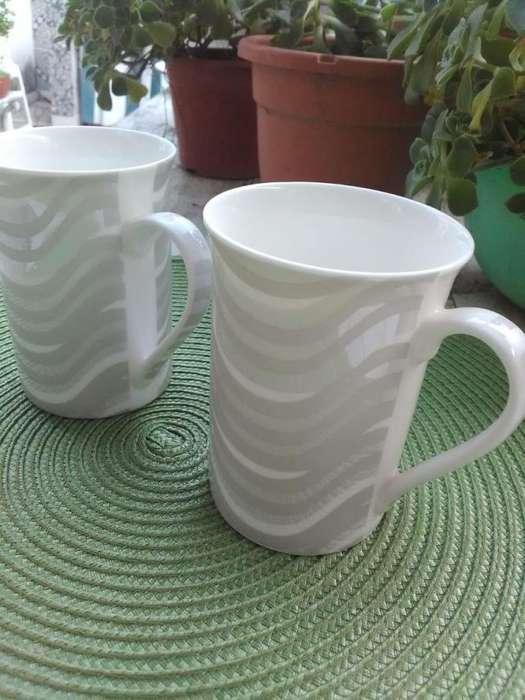 Dos <strong>jarros</strong> de café blancos y plateados