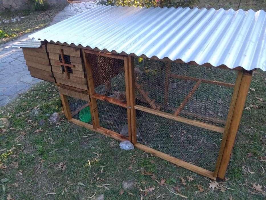 Gallinero con huevera para tres o cuatro gallinas
