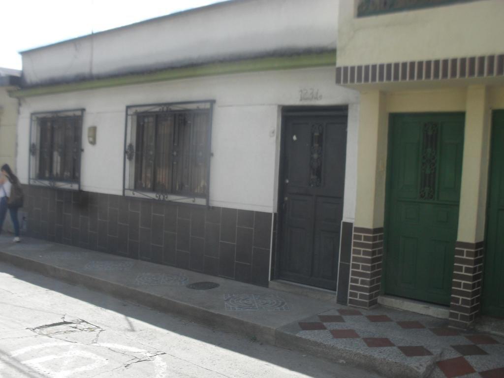 SE VENDE CASA EN PLENO  CENTRO DE SANTAROSA DE CABAL GRANDE SIN ESCALAS  PATIO GRANDE MUY AMPLIA