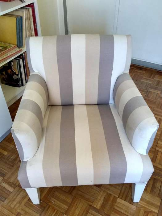 Sillón de una plaza usado de tela y madera de color gris, blanco y bege