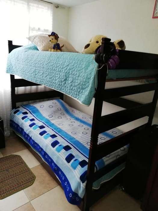 Camarote con cama auxiliar 3 en una con tablado y una colcha