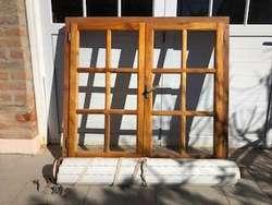 ventana dos hojas completa con cortina de PVC y eje. cedro. como nueva