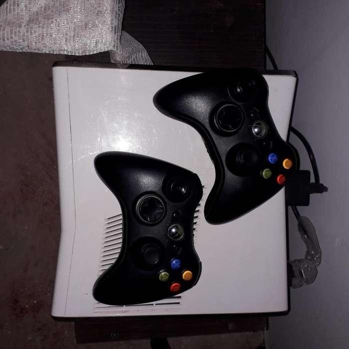 Xbox 360 Casi Nueva con 2 Controles