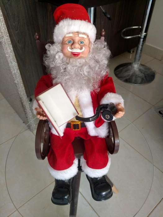 Papa Noel sentado en silla <strong>mecedora</strong>
