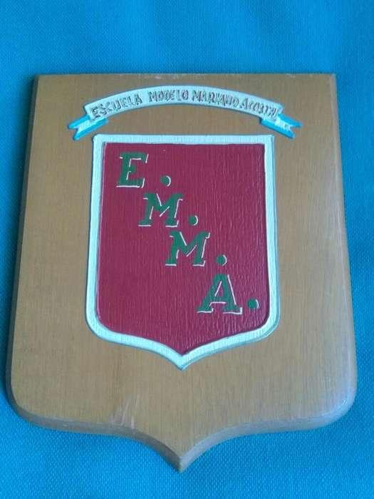 Escudo en Madera de la Escuela Mariano Acosta de Don Bosco . pinatdo a mano 1980