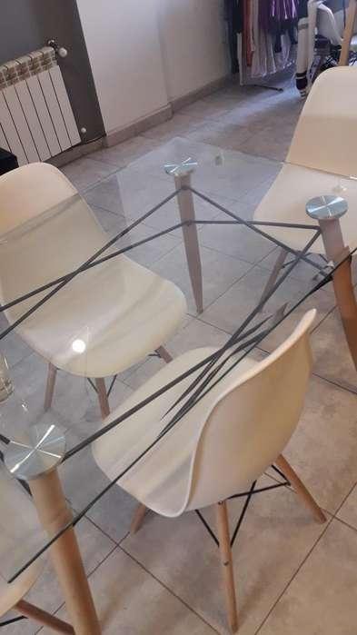 Vendo Mesa de Vidrio Y Sillas Eames