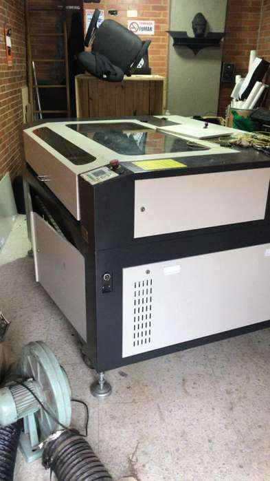 Maquina Corte y labrado 2 computadoras con programas de diseño dobladora de acrílico