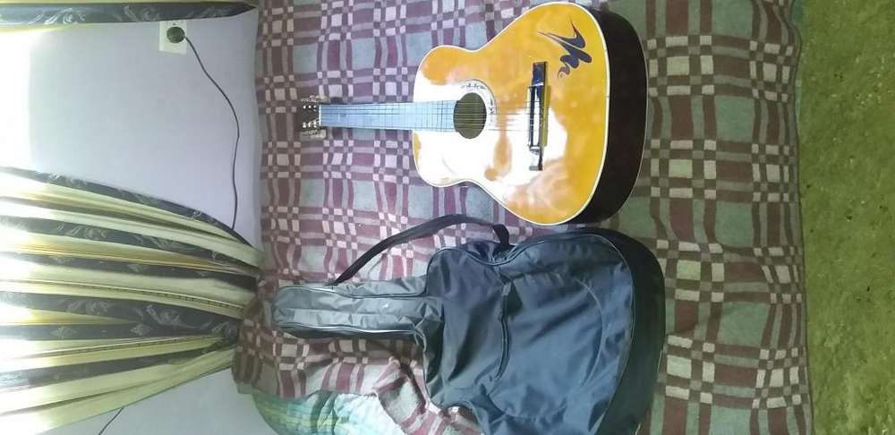 Vendo guitarra en muy buen estado 9 de 10 70000 negociables