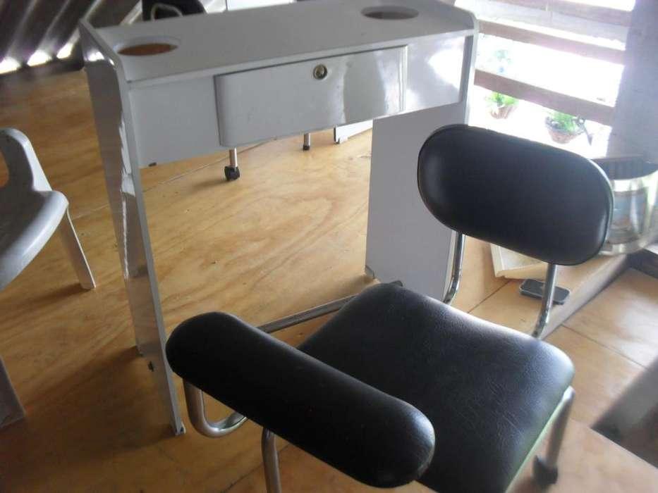 mesa y butaco para manicure y pedicure.