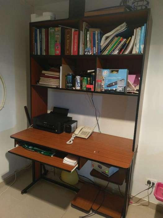 Vende Mesa de Computador con Biblioteca