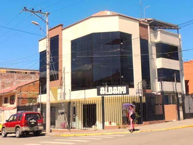 Casa con local y 2 departamentos sector comercial Cuenca Ecuador