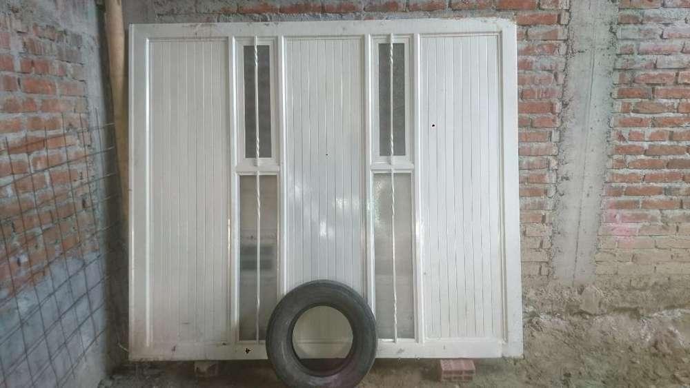 Puerta Garage en Buen Estado con Chapas