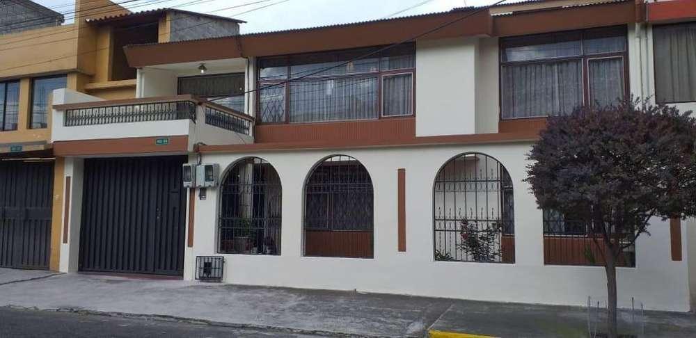 Vendo hermosa casa de dos departamentos sector Bicentenario, Norte de Quito