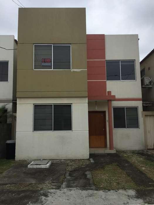 Casa de Venta en Urb. Castilla, Samborondon, cerca del CC El Dorado