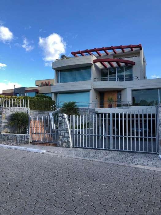 Casa en Alquiler en Cumbaya, cerca al Centro comercial Scala / Universidad San Francisco / Aeropuerto Internacional