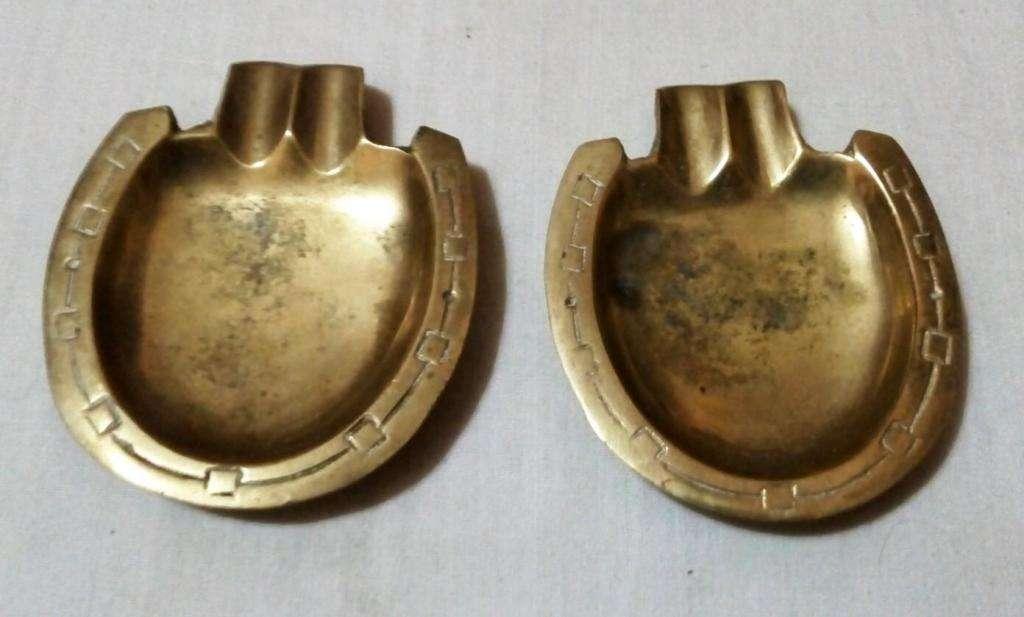 2 Antiguos Ceniceros De Bronce con forma de herradura