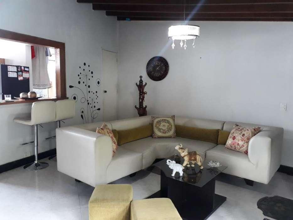 Mueble en L de Cuero Y Mesa de Centro