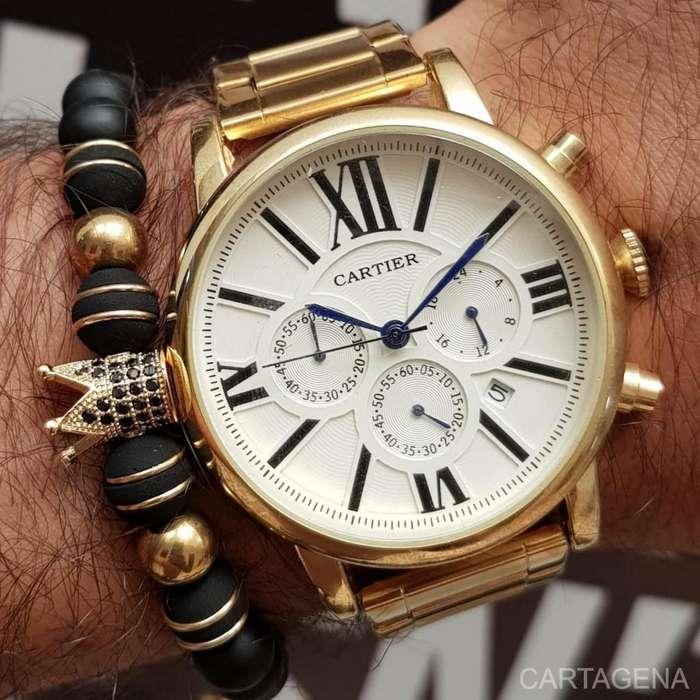 Reloj Cartier en dorado con el fondo blanco para hombres