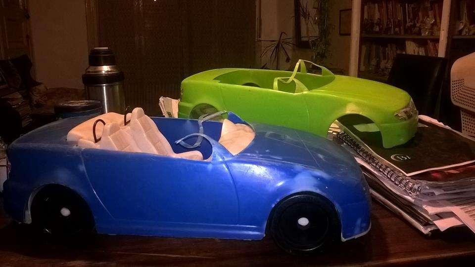 Auto en plástico duro tres piezas con base blanca y dos carrocerías intercambiables verde limón y azul!!
