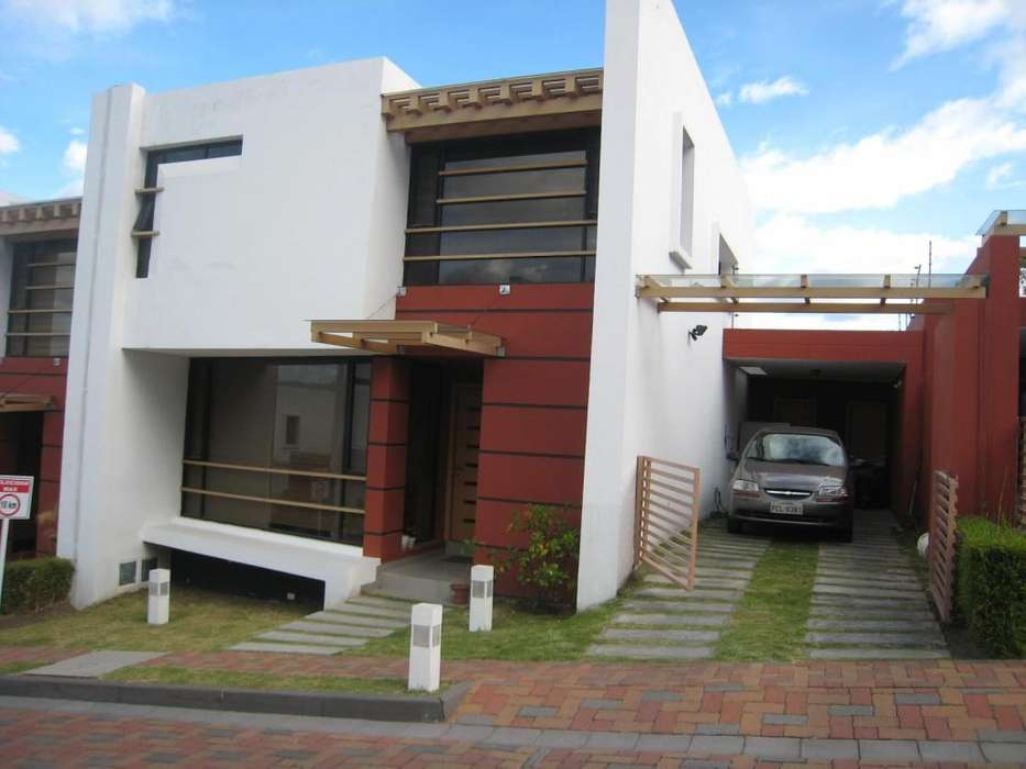Venta Casa - 3 Dormitorios - San Juan Alto Cumbaya - 179 m2 - Dos Pisos