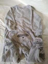 Pijama CARTERS  pañalero pies oso gris T 6-9 M use una vez