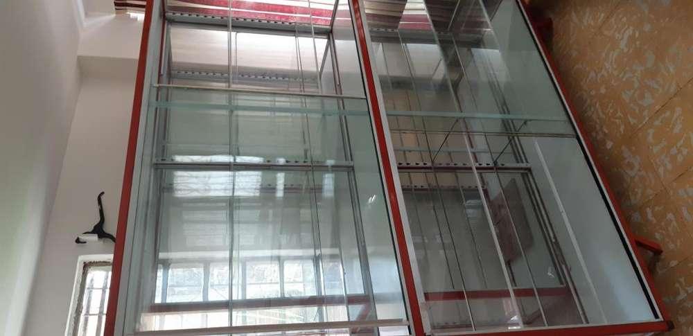 Se vende <strong>vitrina</strong> 2 metros de alto por 180 de ancho