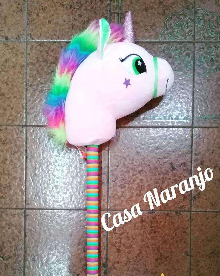 pony con peluches y palo