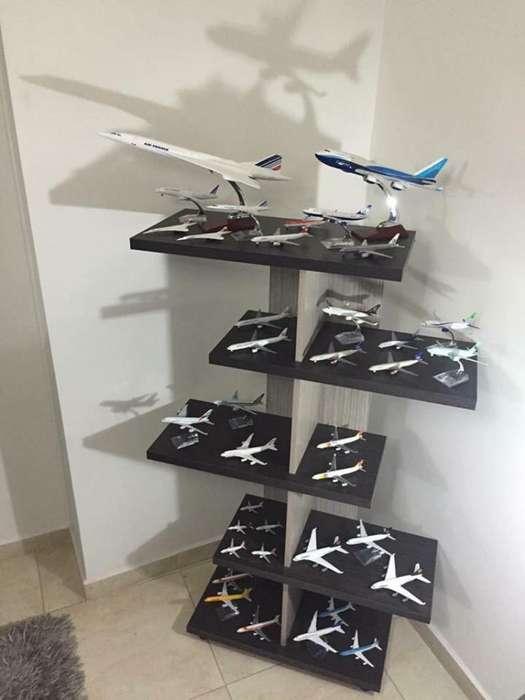 Vendo Coleccion de Aviones con Mueble