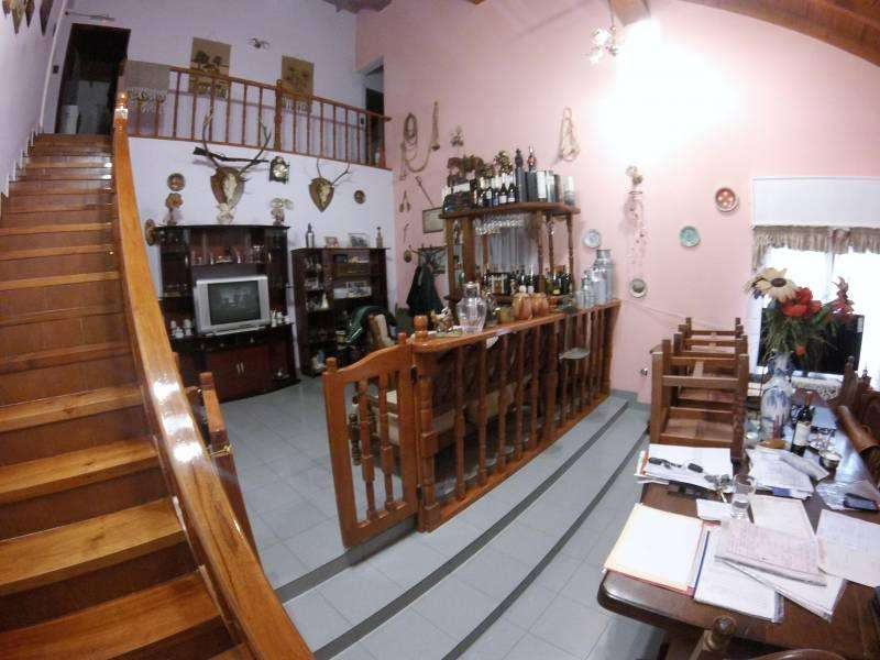 Vendo vivienda en Cinco Saltos con local Comercial.
