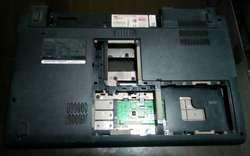 Carcasa Dell Studio 1555 1557 1558 Pp39I Parte de abajo en perfecto estado