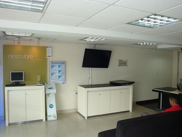 Local con vitrina de 52 mt2, mas 205 mt2 area de bodega y oficinas. 34709