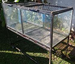 Canil para mascotas doble con vidrio y ruedas en muy buen estado.