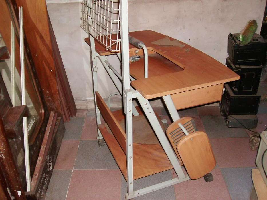 mesa de computacion con <strong>silla</strong>