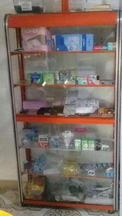 1 vitrina grande, 2 vitrinas pequeñas, dos estanterías y una vitrina-<strong>refrigerador</strong>