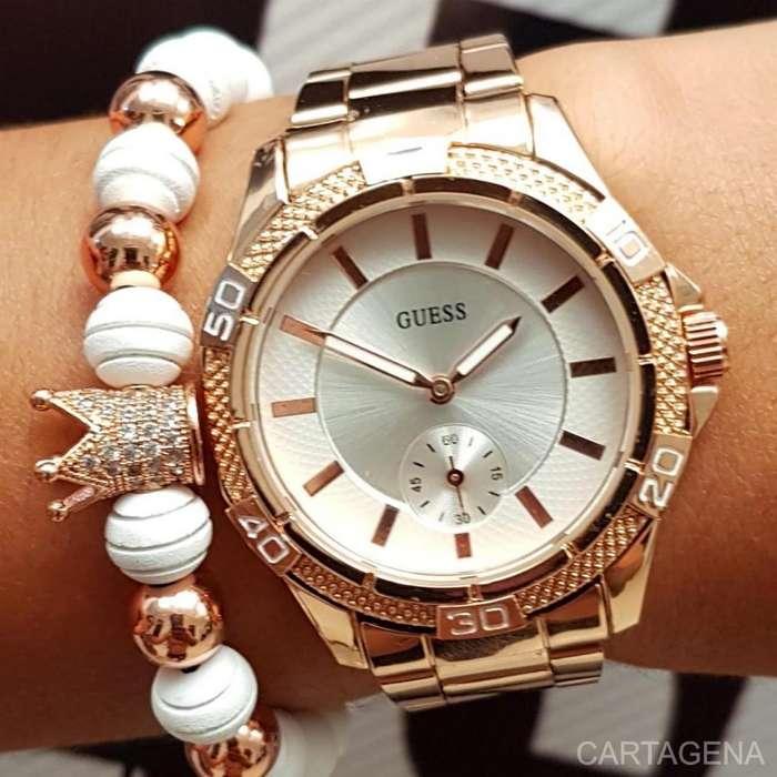 Reloj Guess en color rosado con el fondo blanco para dama