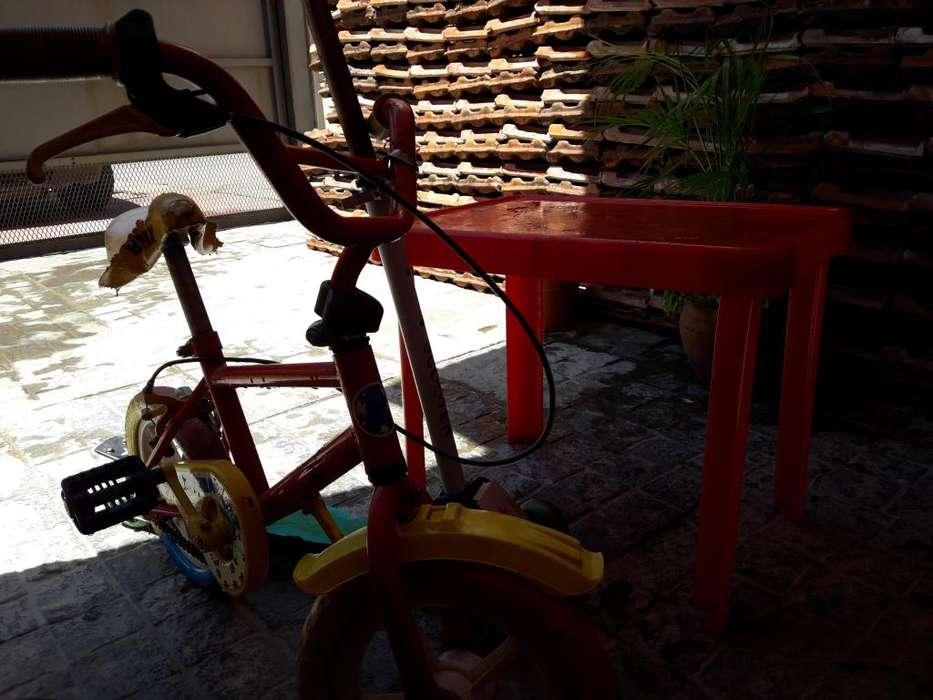 Bicicleta infantil y mesa. OPORTUNIDAD