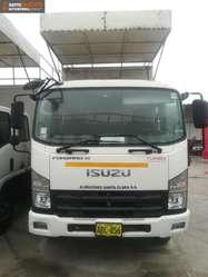 Camión Isuzu F800 Cabina y Media Año 2014 con Furgón