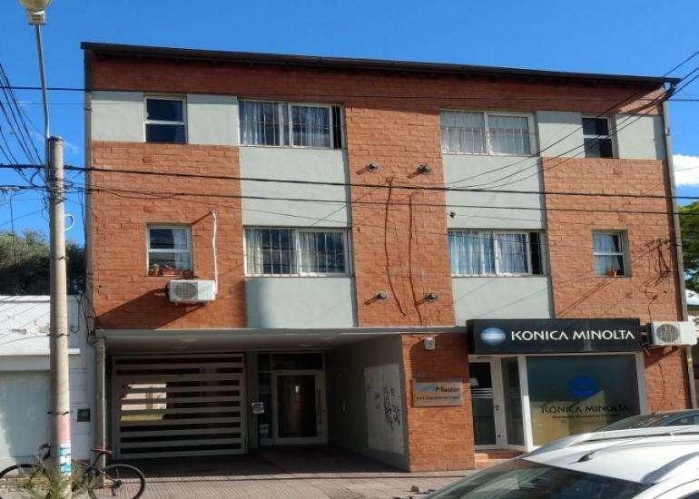 Departamento sobre calle Marcelo T. de Alvear. Excelente ubicación.